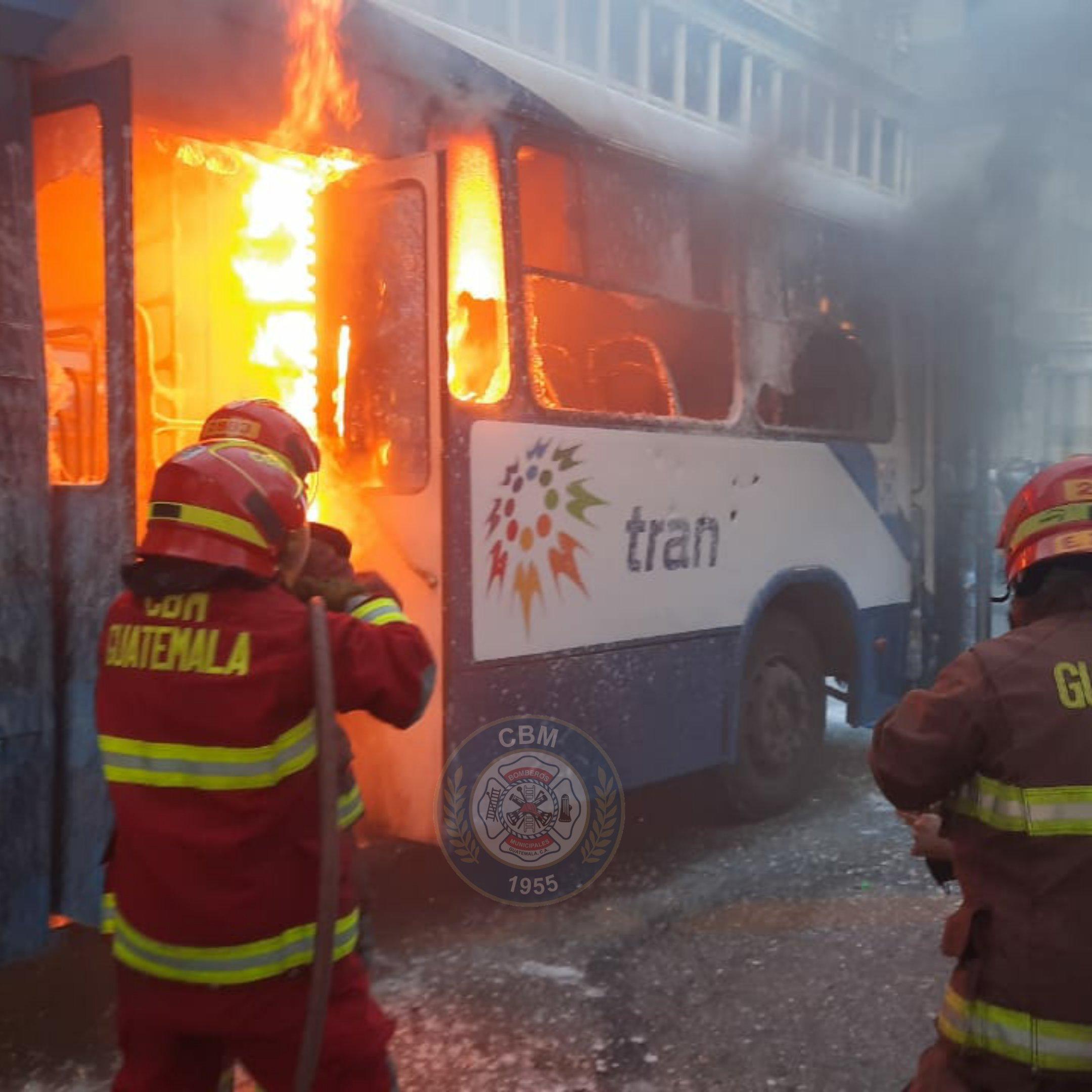 queman Transurbano cerca de plaza de la Constitución