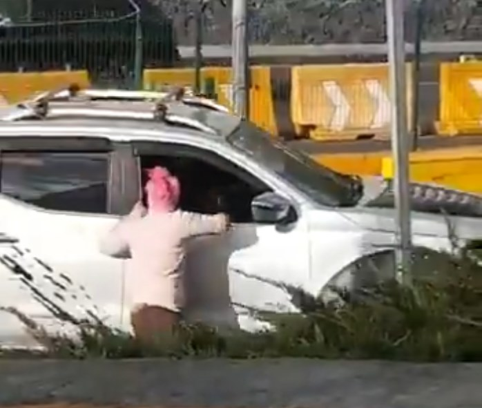 Conductor choca, arrastra a una mujer y huye del lugar