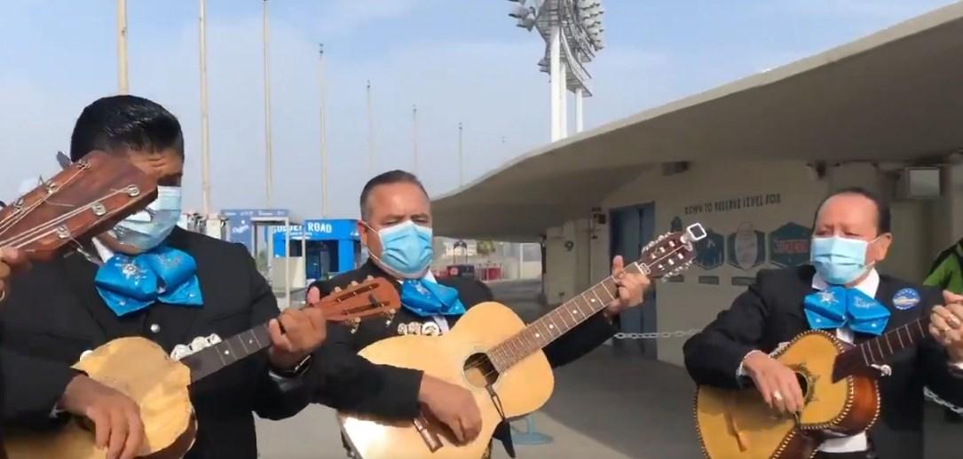 Mariachis amenizan votación en Los Ángeles