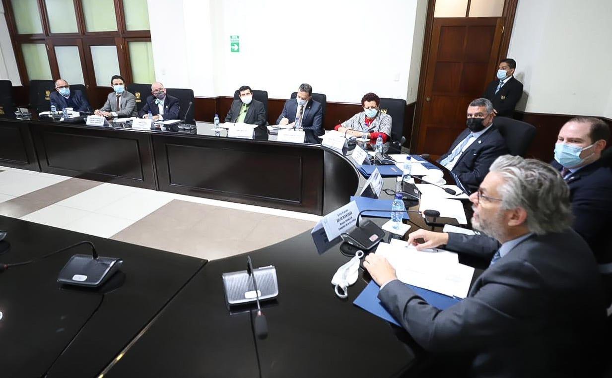 El diputado Álvaro Arzú Escobar pide que la vacuna contra el COVID-19 sea voluntaria y gratuita.