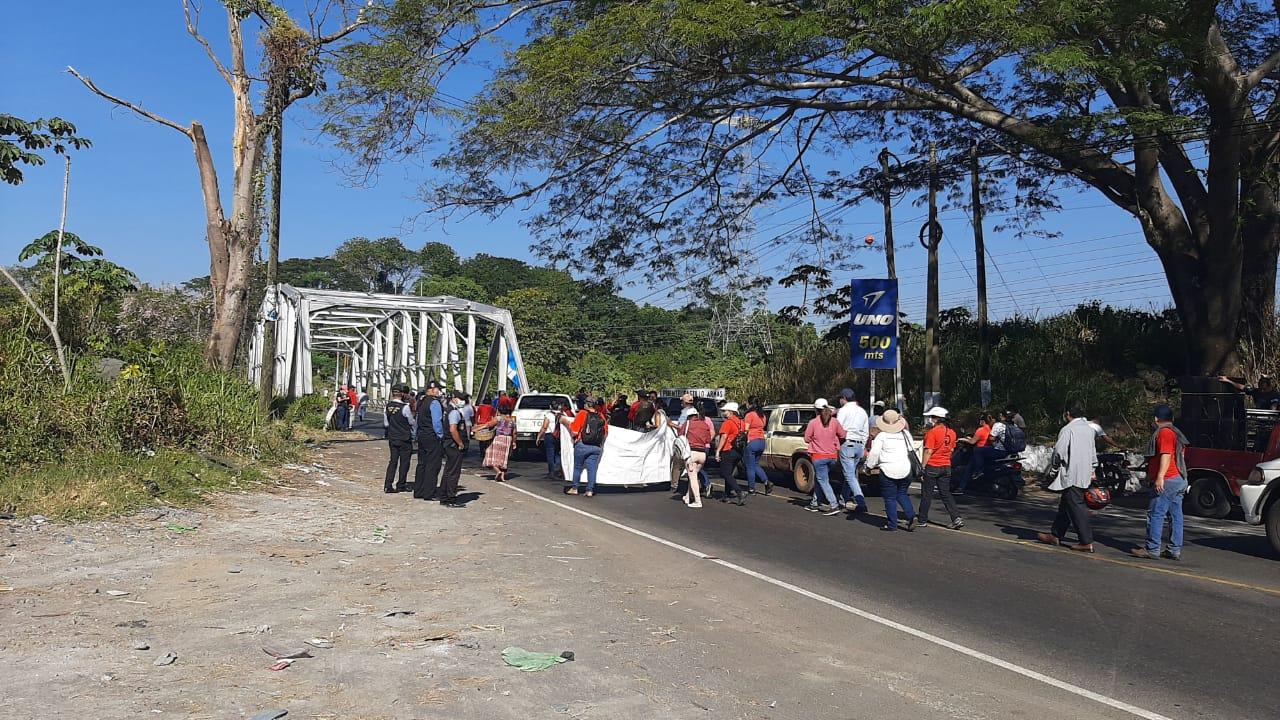 Salubristas bloquean carreteras por falta de pago de bono de fin de año.
