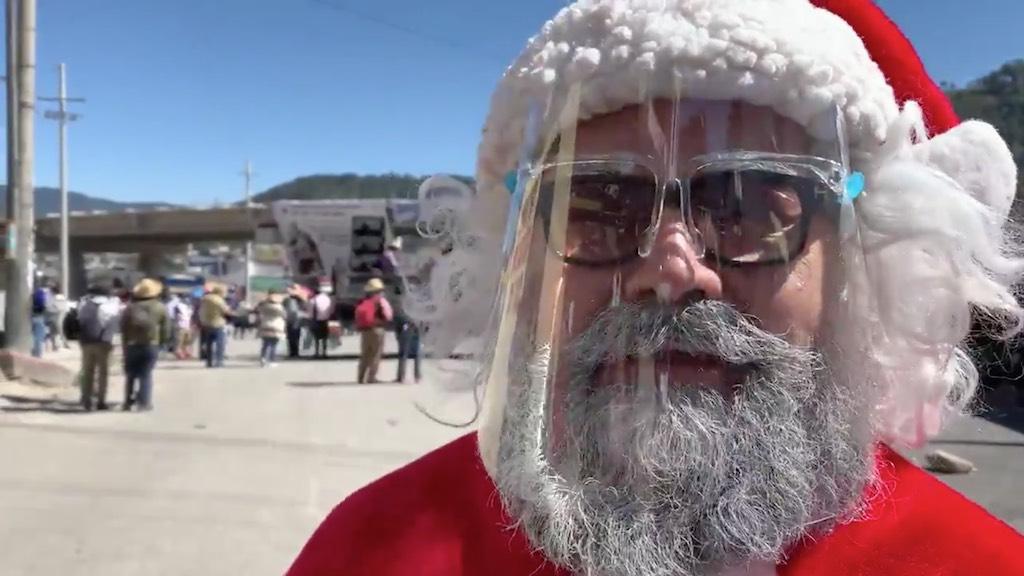 Santa Claus asiste a la manifestación de los 48 Cantones.
