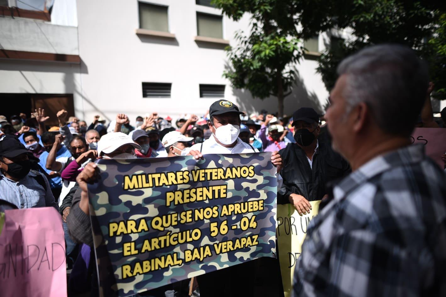 Veteranos militares exigen resarcimiento al presidente, Alejandro Giammattei.