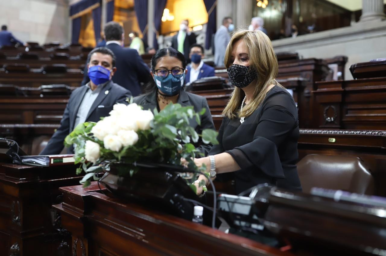 arreglo floral en curul de diputada Adela de Torrebiarte