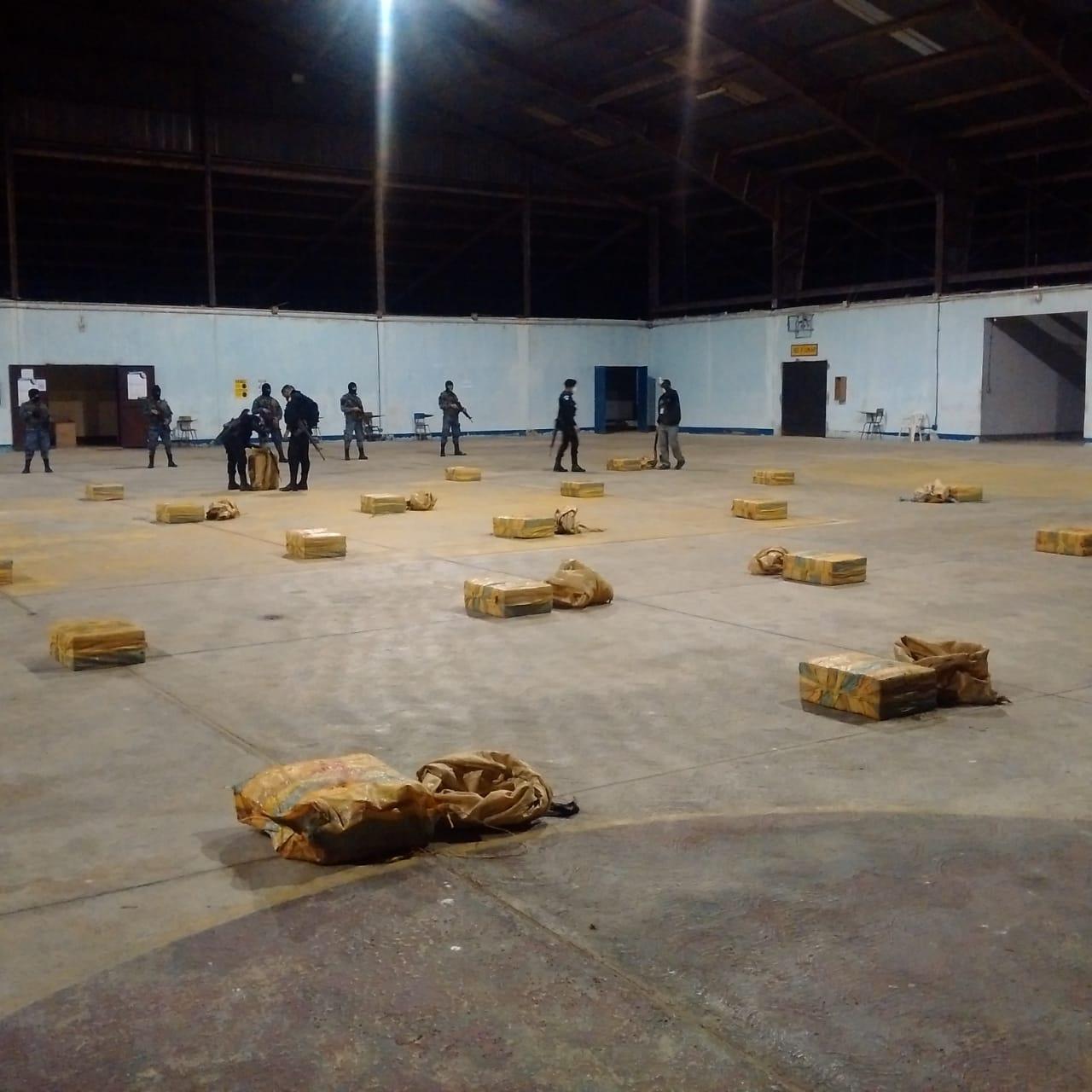 Localizan aeronave y paquetes con droga en Petén