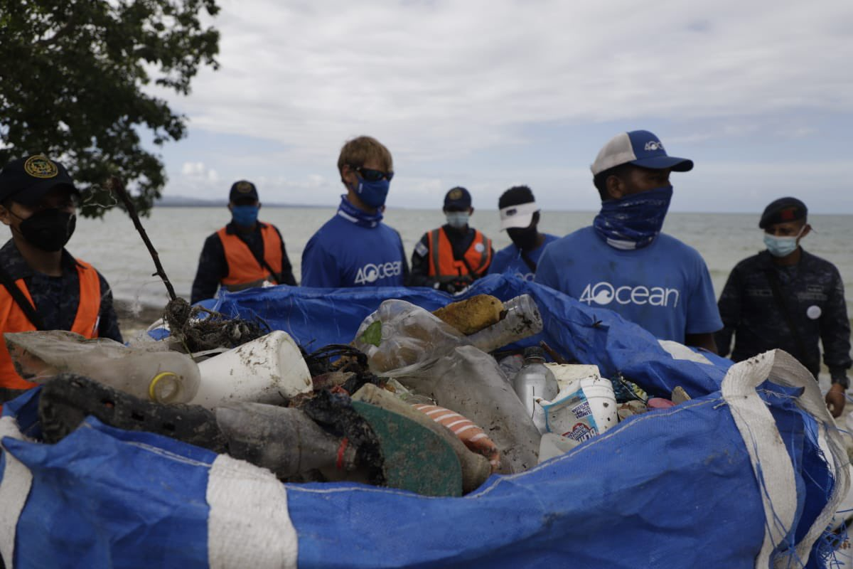 Recolectan basura en Puerto Barrios, Izabal