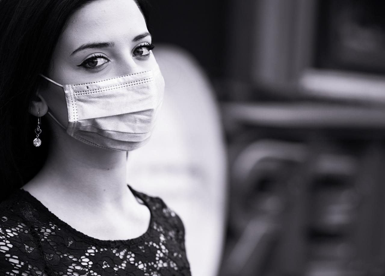 Persona con mascarilla por coronavirus