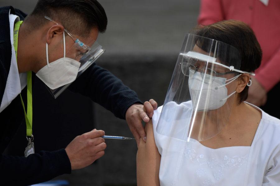 Enfermera María Irene Ramírez recibe la vacuna contra el Covid-19 en México