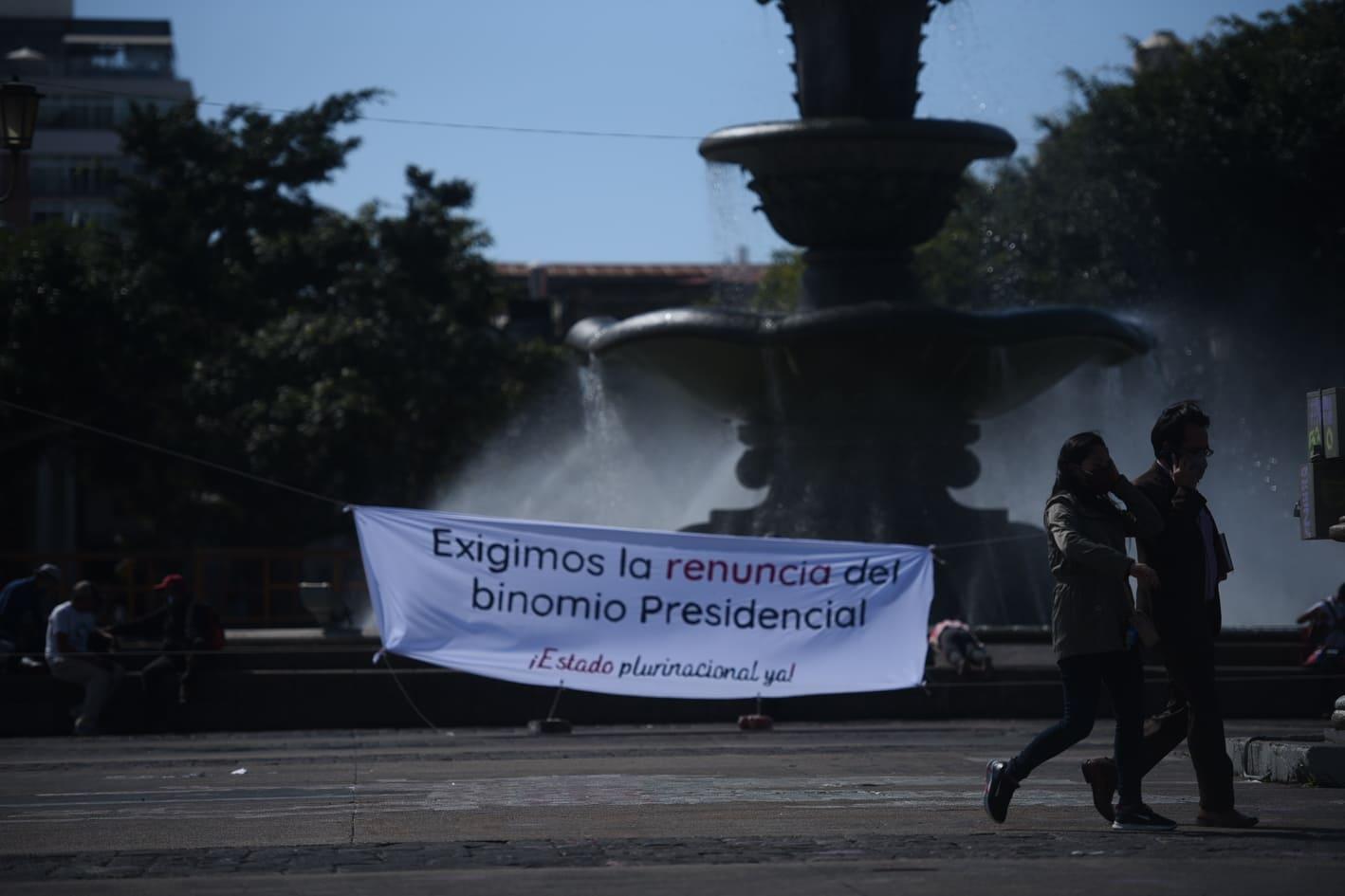 manta en plaza de la Constitución para exigir renuncia de Alejandro Giammattei