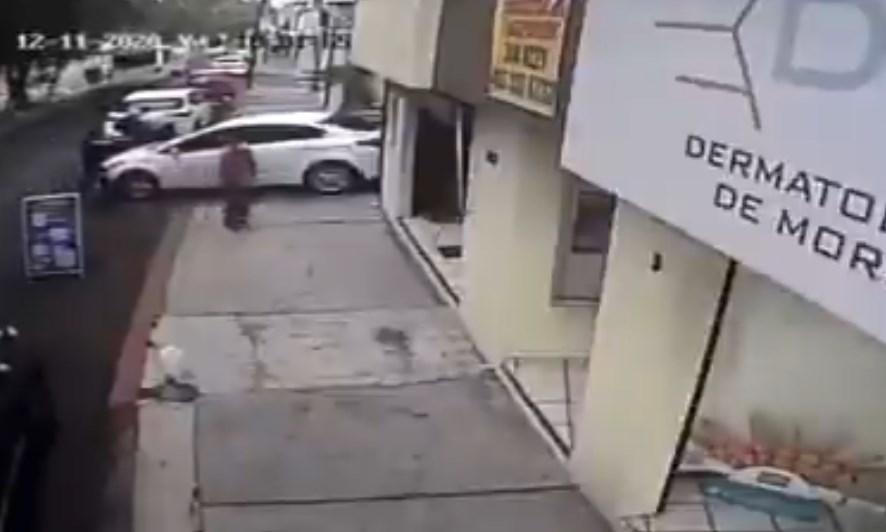 Escapó de asalto y volvió para atropellar a los ladrones
