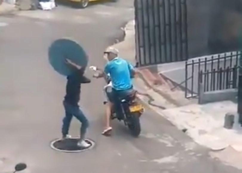 Ladrón quiso robar tapa de alcantarilla; terminó cayendo dentro