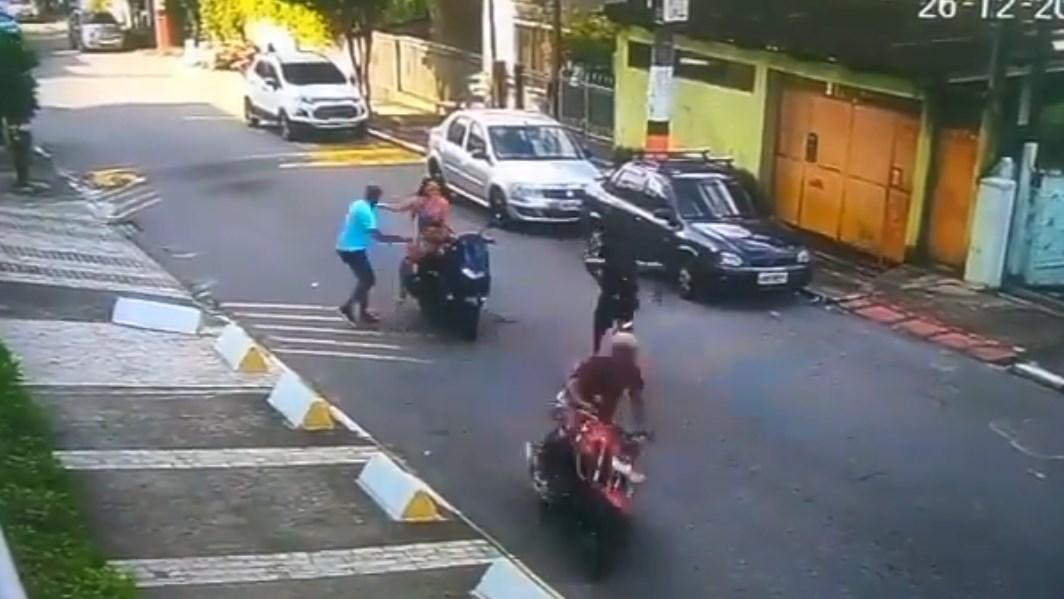 Policías frustran asalto a pareja y arrestan a motoladrón en Brasil