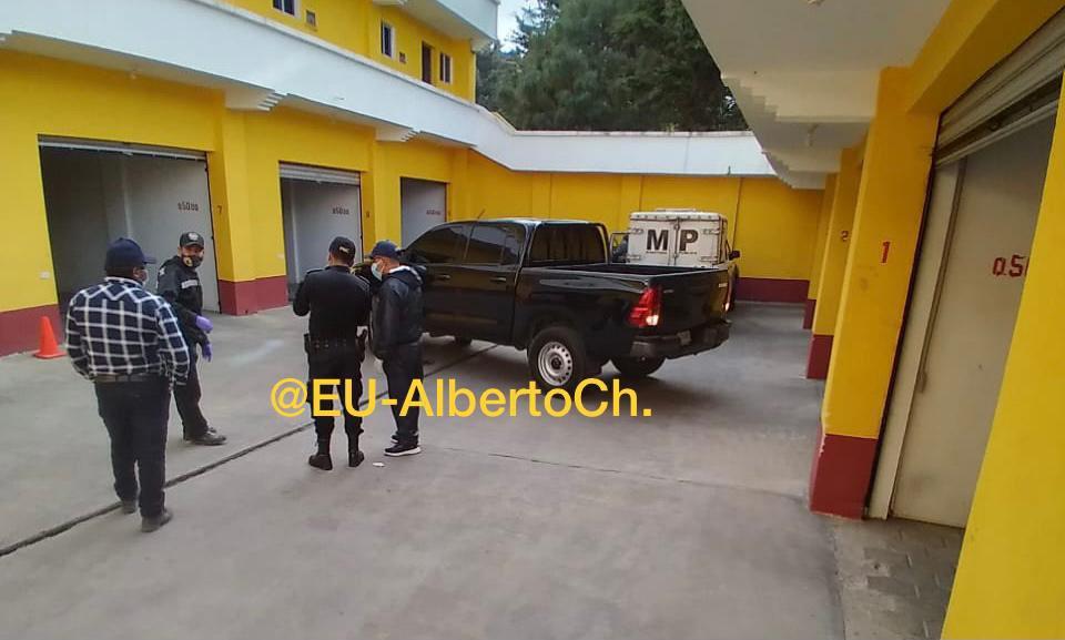 Autoridades localizan los cadáveres de una pareja en un autohotel.