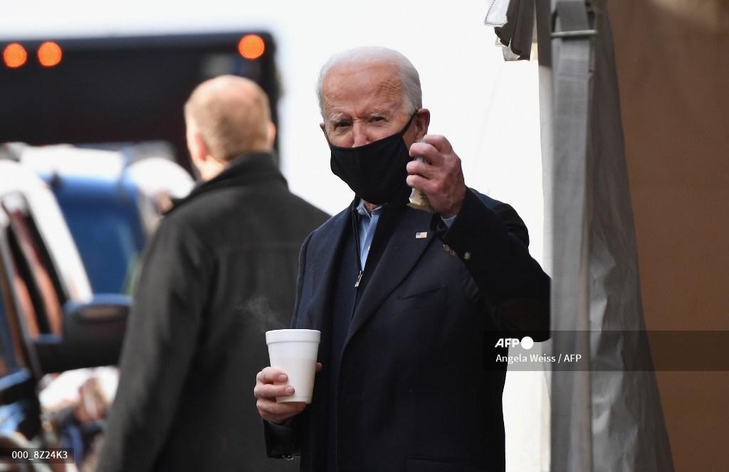 Joe Biden saludando