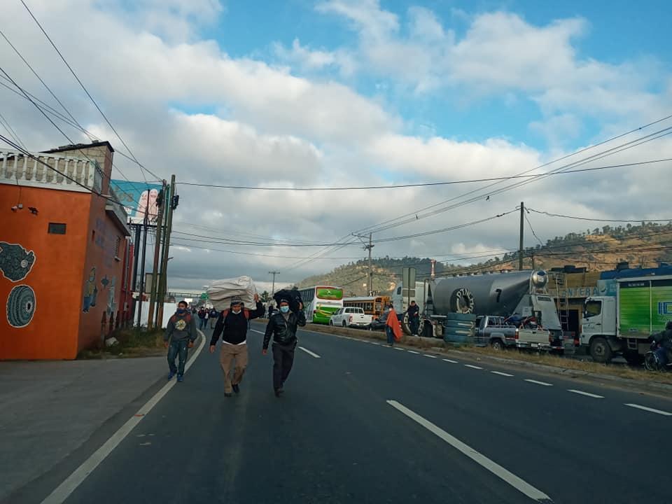 Importadores de vehículos bloquean ruta Interamericana