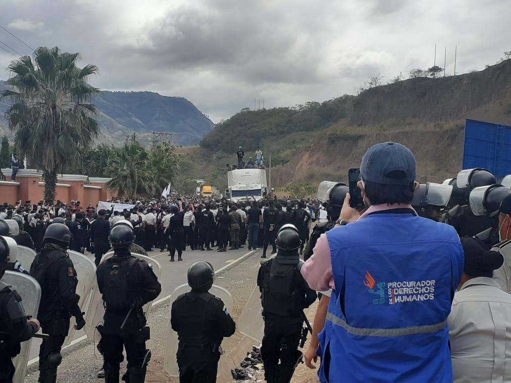 Migrantes hondureños son desalojados de Chiquimula