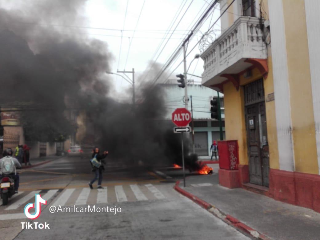manifestantes queman llantas en zona 1