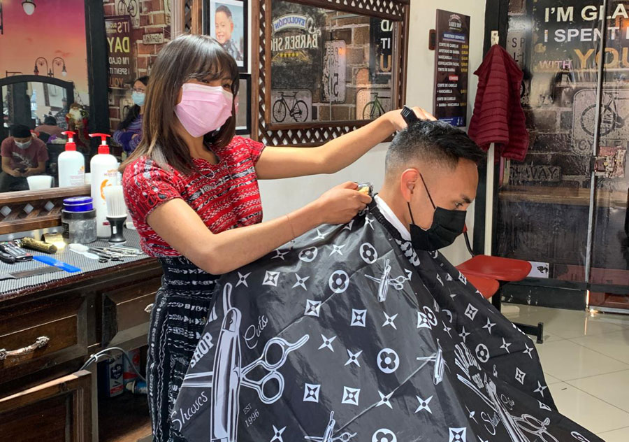María Leticia Baquiax Pretzantzin se dedica al oficio de la barbería