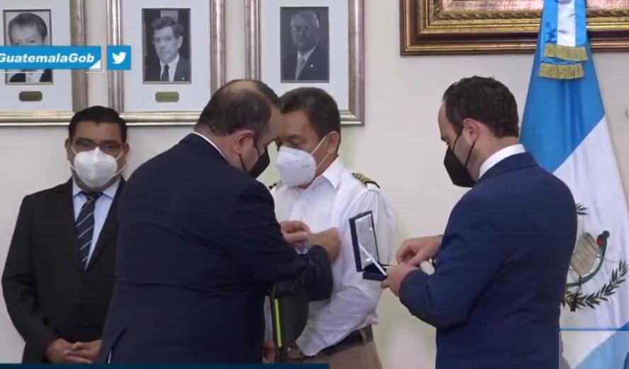 Condecoran a víctimas de accidente de avioneta que llevaba ayuda humanitaria