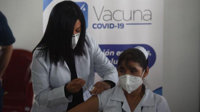 enfermera del hospital temporal del Parque de la Industria es la primera en ser vacunada contra el Covid-19 en Guatemala