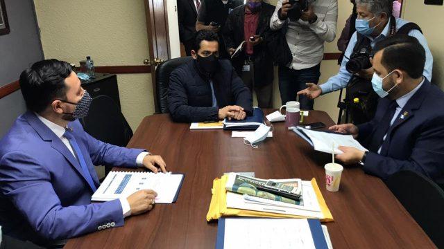 ministro de Gobernación, Gendri Reyes, asiste a citación en bloque CREO