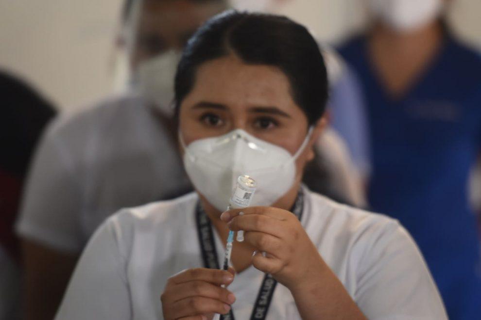 Personal de salud en primera línea durante vacunación por Covid-19