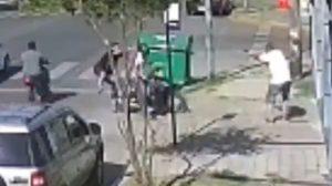Policía dispara a motoladrones que segundos antes lo habían asaltado