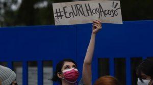 Estudiantes de la Universidad Rafael Landívar (URL) protestan por casos de acoso en la institución educativa.
