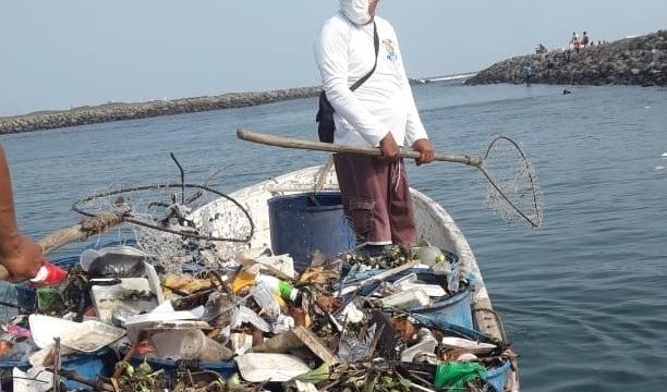 retiran basura de playas en Puerto San José