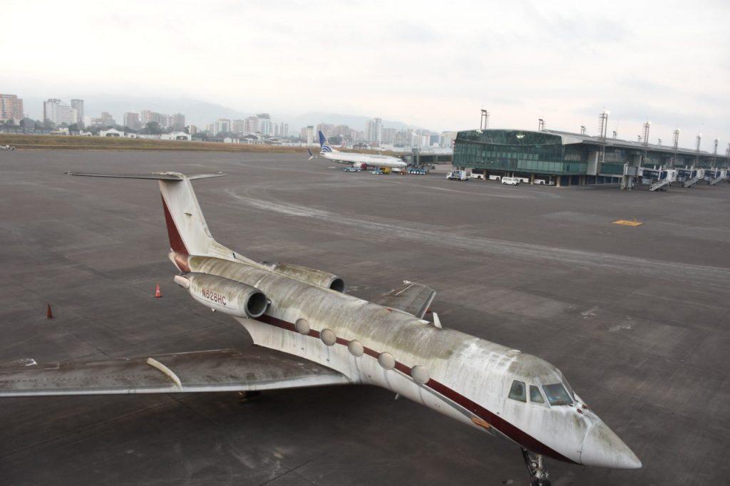 Cierran aeropuerto internacional La Aurora por caída de ceniza