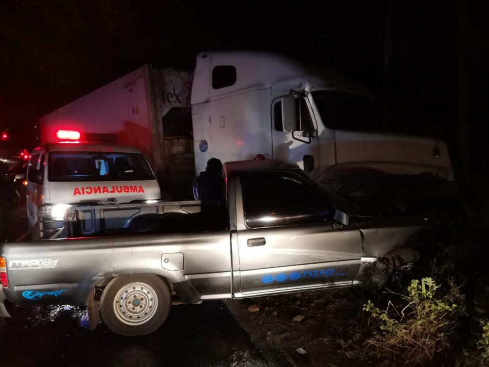 accidente de picop y tráiler en ruta de Palín hacia Antigua