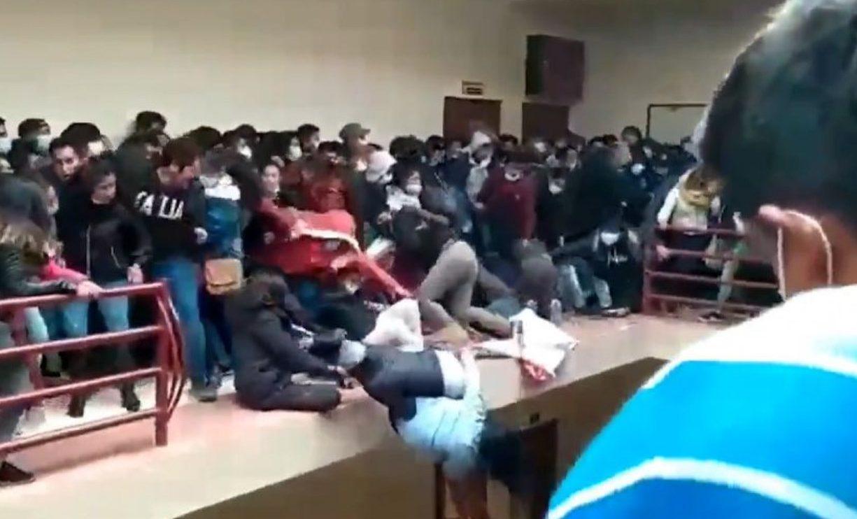 Estudiantes caen de un cuarto piso en una universidad en Bolivia