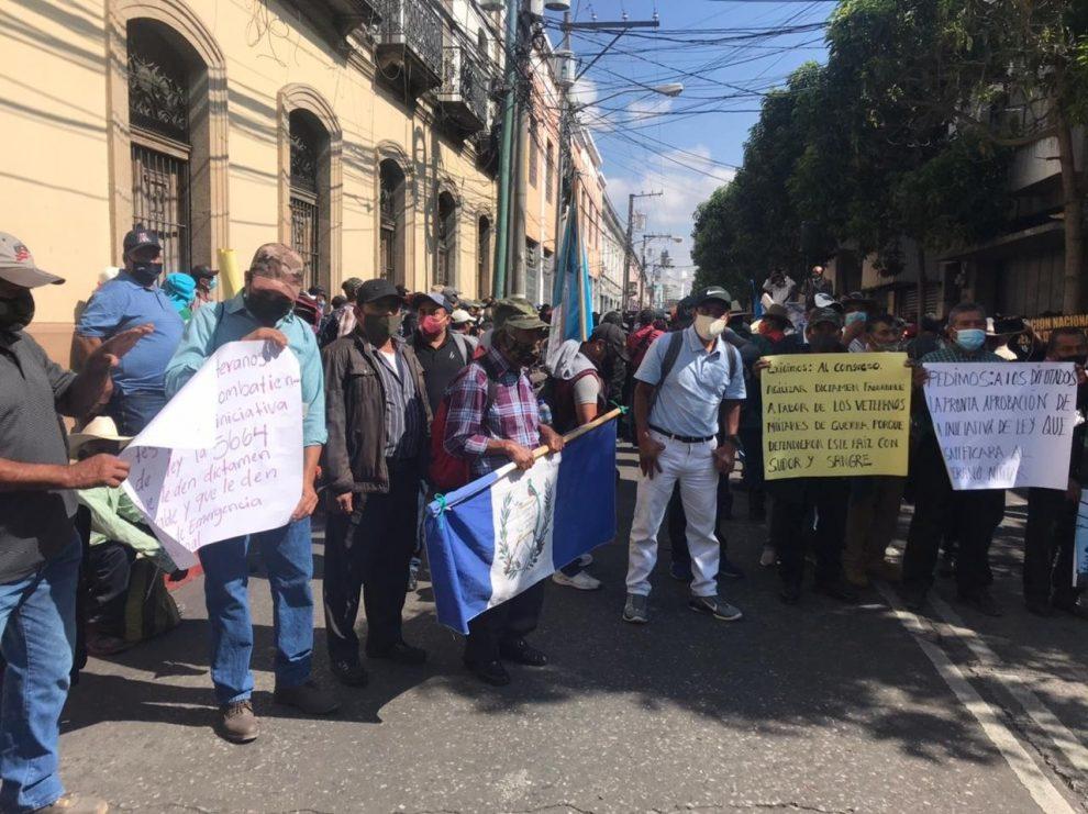 manifestaciones de exmilitares y médicos en el Congreso