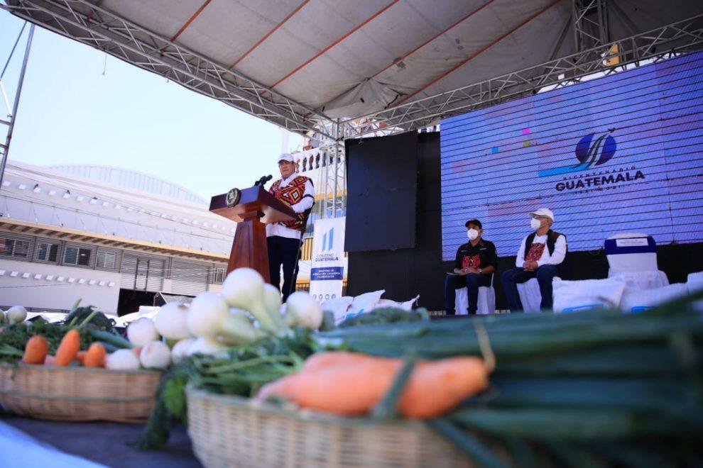 presidente Alejandro Giammattei en entrega de semillas en Quetzaltenango