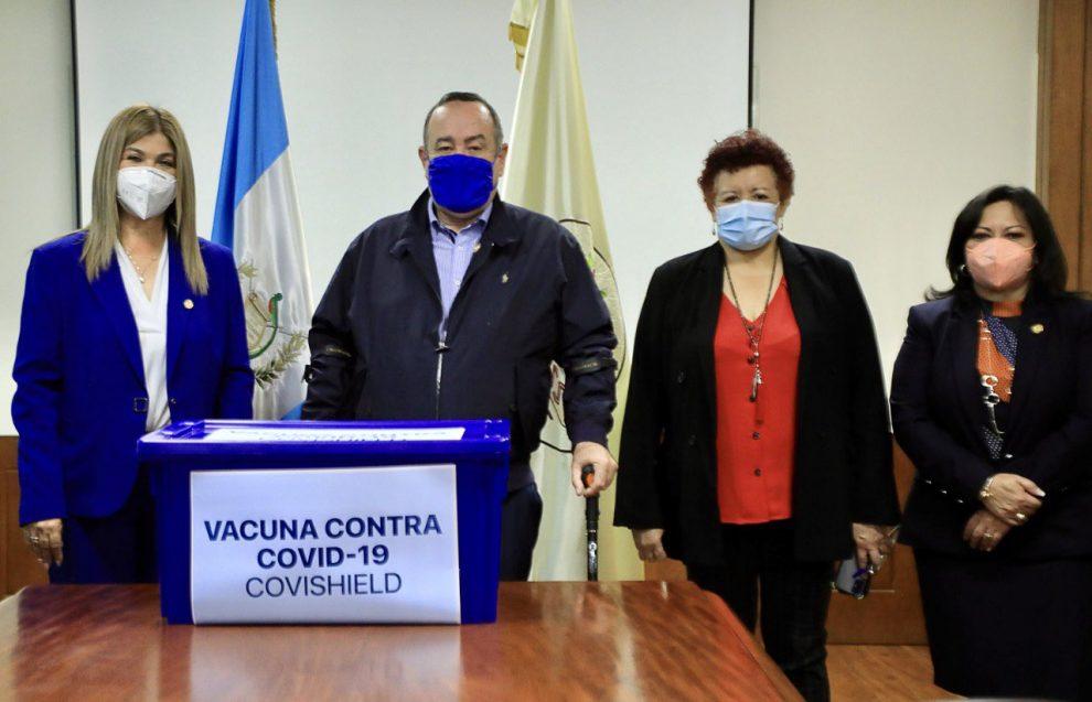 Giammattei entrega al IGSS vacunas donadas por India