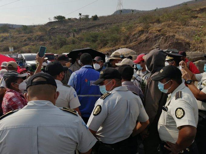Salubristas realizan bloqueos en distintos puntos del país