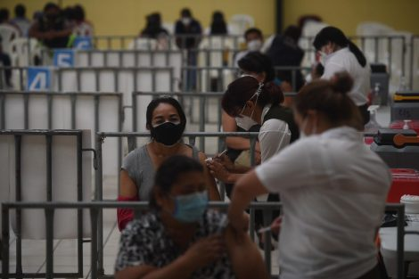 Personal de hospitales es vacunado contra el Covid-19