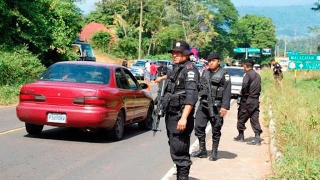Puesto de control de la Policía Nacional Civil (PNC) por el Estado de prevención en Malacatán,, en San Marcos.