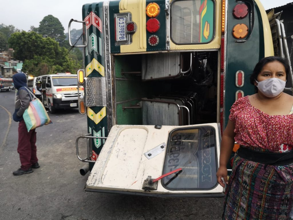 Bus extraurbano vuelca en ruta a San Juan Sacatepéquez