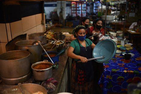 cacerolazo de vendedores de comida en mercado central por medidas contra Covid-19