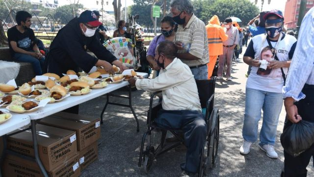 Brindan alimentos a personas en situación de calle