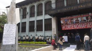 manifestación en la Corte de Constitucionalidad contra juramentación de magistrados