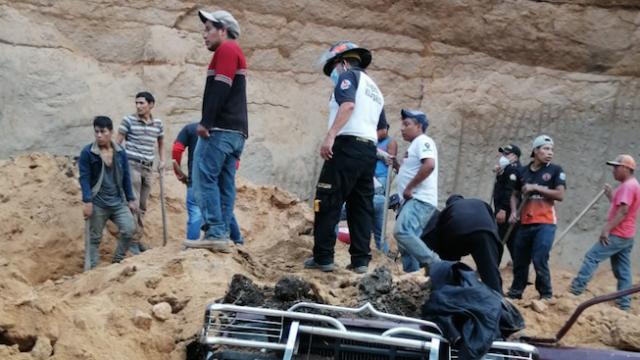 Hombre muere soterrado tras caer paredón sobre su vehículo