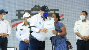 presidente Alejandro Giammattei entrega títulos de arrendamiento en Sipacate
