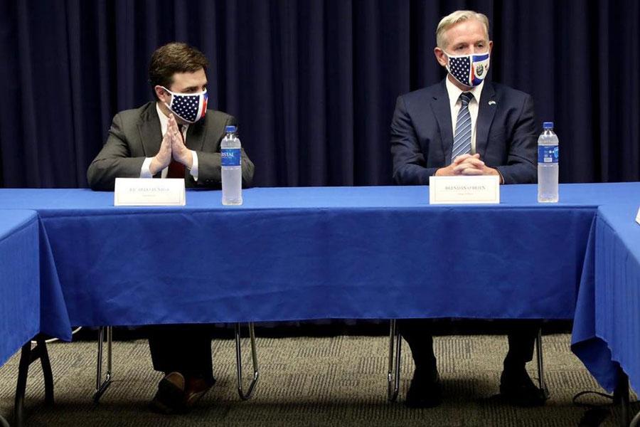Ricardo Zúñiga y Brenda O'Brien, embajador de EE. UU. en El Salvador