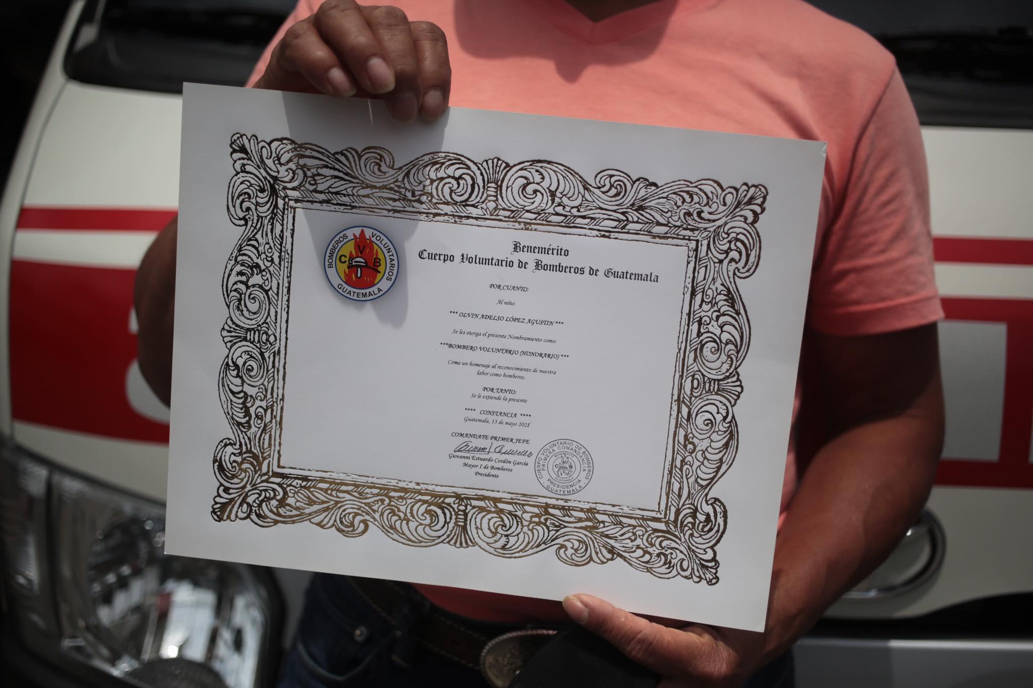 Diploma que acredita a Olvin López como bombero voluntario honorario.
