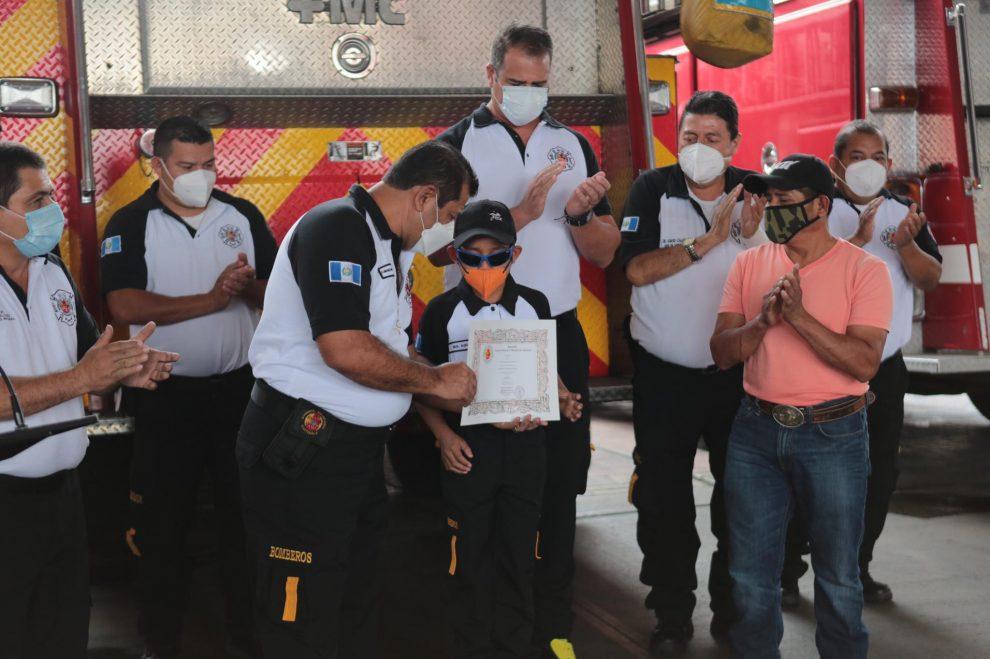 Olvin López, de 10 años, fue nombrado como bombero voluntario honorario.