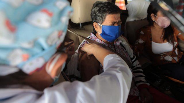 Personas de 70 años o mayores buscan la vacuna contra el nuevo coronavirus (COVID-19).
