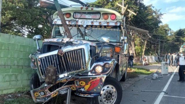 Bus extraurbano choca contra poste en ruta Interamericana