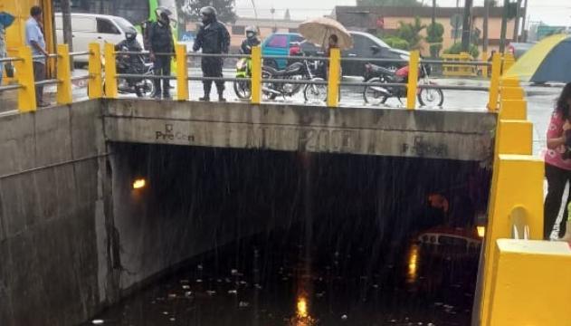 Paso a desnivel de calzada Aguilar Batres se inunda tras fuertes lluvias